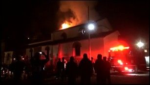 Старинная церковь сгорела в Перу