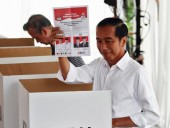 Экзит-полы: на выборах в Индонезии лидирует действующий президент
