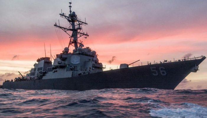 Военный эксперт сравнил эсминец США в Черном море с «тараканом на столе»