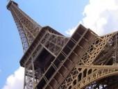 Человек, который взобрался на Эйфелеву башню, оказался россиянином