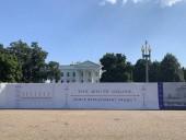 Вокруг Белого дома начали строить новое и вдвое выше ограждение