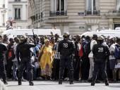 Сотни мигрантов заблокировали парижский Пантеон