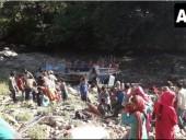 В Индии 25 человек погибли при падении автобуса в ущелье
