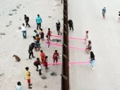 На границе США и Мексики установили розовые качели