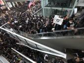 Беспорядки в Гонконге: аэропорт частично разблокирован, столкновения продолжаются