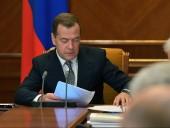 СМИ сообщили, что Дмитрий Медведев занимается производством самогона и дарит его чиновникам