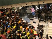 В Гонконге полиция применила слезоточивый газ для разгона студентов