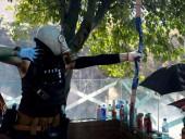 Сотрудник полиции получил ранения из лука во время протестов в Гонконге