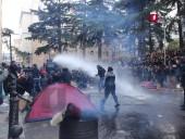 Спецназовцы начали разгон протестующих возле парламента в Грузии