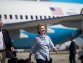 Самолет с Хиллари Клинтон на борту совершил экстренную посадку в аэропорту