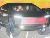 Маск проехался по Малибу на Tesla Cybertruck