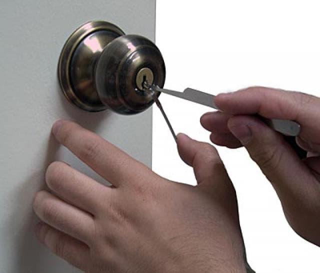 Как отрыть дверной замок