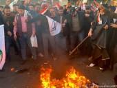 Тысячи протестующих напали на посольство США в Ираке