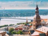 В ряде городов Латвии сняли запрет на алкоголь в общественных местах