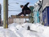 Снимают шуточные видео и запасаются продуктами: как канадцы переживают последствия сильнейшего снегопада
