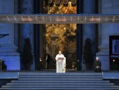Папа римский прочитал молитву о завершении пандемии коронавируса на пустой площади Ватикана