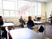 Социальная дистанция, барьерная лента и жесткие правила: в Дании школьники вернулись на обучение