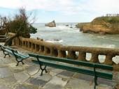 В одном из городов Франции запретили сидеть на лавках более 2 минут
