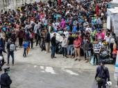 В Греции с острова Лесбос на материк перевозят сотни искателей убежища