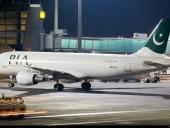 В Пакистане лайнер Pakistan Airlines с более, чем 90 пассажирами на борту упал в жилой район, данные о жертвах уточняются
