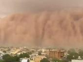 На столицу Нигера надвигается мощная пылевая туча