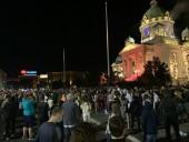 Пандемия: в Сербии несогласные с комендантским часом ворвались в парламент, в Белграде - бесспорядки