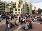 У Дома правительства Беларуси собралась толпа, в центр Минска стягивают военную технику