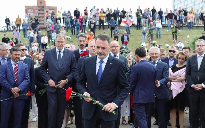 Послы стран ЕС в Беларуси возложили цветы на месте гибели участника протеста