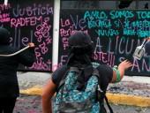 В Мексике протестующие против насилия над женщинами подожгли правительственное здание