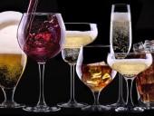 В Латвии предлагают разрешить употреблять алкоголь в публичных местах во время пандемии коронавируса