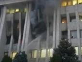 В столице Киргизии после беспорядков горит здание захваченного парламента