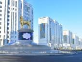 Президент Туркменистана установил в столице позолоченную статую алабаю