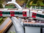 В Роттердаме поезд сошёл с рельс: падение состава в воду остановила пластмассовая скульптура