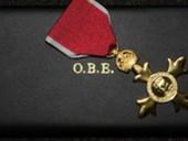 Автогонщик Хэмилтон и кинооператор Дикинс получили рыцарские титулы от Елизаветы II
