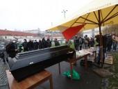 Протесты против коронавирусных ограничений: в Праге активисты принесли гроб под дом премьера