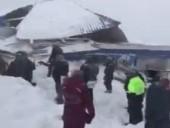 Сход лавины на курорте в РФ: судьба двух человек остается неизвестной