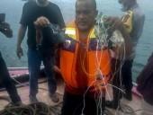 Пассажирский Boeing упал в воду после вылета из Джакарты: появились фото с обломками