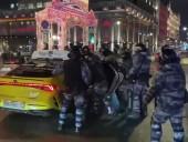 Выкрикнул оскорбление из окна: в России бойцы ОМОНа достали из такси пассажира и избили
