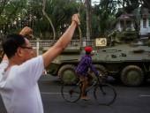 Переворот в Мьянме: полиция с помощью резиновых пуль пытается разогнать протестующих