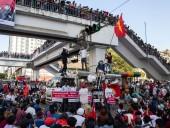Переворот в Мьянме: правозащитники сообщают об использовании боевых патронов против митингующих