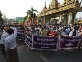 В Мьянме на масштабном протесте применили огнстрельное оружие: есть погибшие