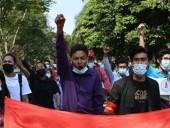 Переворот в Мьянме: десятки тысяч людей вышли на акции протеста