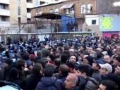 В Ереване митингующие окружили здание парламента, началась драка с полицией