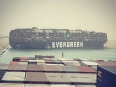 В Суэцком канале застряло грузовое судно: морское движение заблокировано