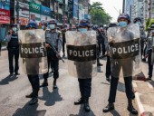 Граждане Мьянмы продолжают выходить на протесты несмотря на рейды силовиков