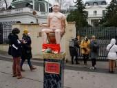 У российского посольства в Праге установили статую голого Путина