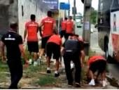 В Бразилии из-за поразки фаны забросали автобус с футболистами камнями, а потом еще и обстреляли