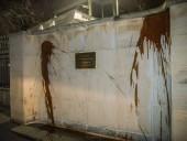 Стены посольства России в Чехии облили кетчупом: задержали семь человек