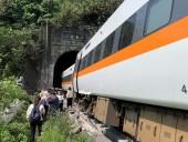 Катастрофа поезда на Тайване: число жертв возросло, задержан водитель грузовика, упавшего на рельсы