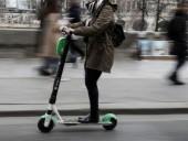 В Париже девушки на электросамокатах насмерть сбили туристку